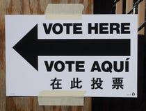 Segno al sito di voto a New York Immagini Stock Libere da Diritti