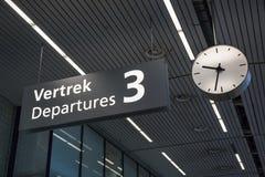 Segno alle partenze terminali all'aeroporto fotografia stock libera da diritti