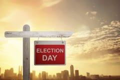 Segno annunciato giorno delle elezioni sul palo di legno Immagine Stock