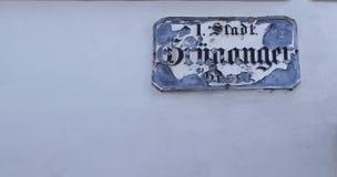 Segno antico sulla parete con il nome della via a Vienna fotografia stock