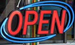 Segno aperto del neon Fotografia Stock