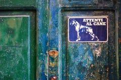Segno arrabbiato del cane su un portello Fotografia Stock