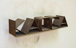 Segno arrugginito di Brown sul cassiere sui precedenti delle pareti luminose Contanti sulla parete immagine stock libera da diritti