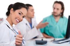 Segno asiatico di approvazione di esposizione del medico delle donne immagine stock libera da diritti
