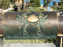 Segno astrologico del cancro inglese ed ebraico del metallo sul desiderio del ponte in vecchia città di Yaffa Israel fotografie stock libere da diritti