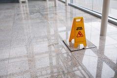 Segno bagnato del pavimento Immagini Stock Libere da Diritti