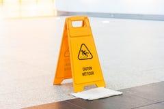 Segno bagnato del pavimento Fotografie Stock Libere da Diritti