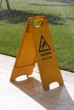 Segno bagnato del pavimento di avvertenza fotografie stock libere da diritti