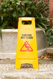 Segno bagnato del pavimento di cautela Fotografie Stock