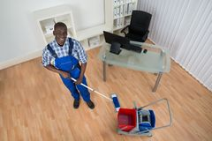 Segno bagnato del pavimento di Cleaning Floor With del portiere Fotografia Stock Libera da Diritti