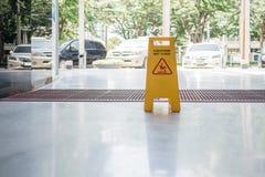 Segno bagnato del pavimento sul pavimento immagine stock libera da diritti