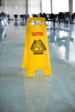Segno bagnato di avvertenza del pavimento Fotografia Stock Libera da Diritti