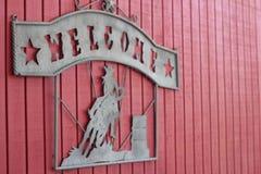 Segno benvenuto del cowboy sul granaio immagini stock libere da diritti