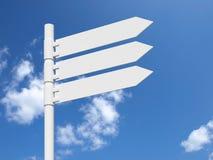 Segno bianco in bianco su un cielo nuvoloso blu. Fotografia Stock Libera da Diritti