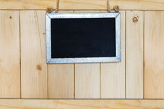 Segno in bianco che appende su di legno Immagine Stock Libera da Diritti