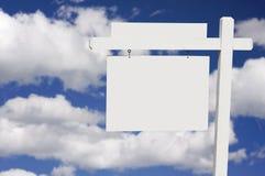 Segno in bianco del bene immobile sulle nubi & sulla priorità bassa del cielo Fotografia Stock Libera da Diritti