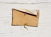 Segno in bianco del cartone su legno esposto all'aria Fotografia Stock Libera da Diritti