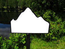 Segno in bianco della montagna dal lago e dallo short. Immagini Stock Libere da Diritti