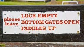 Segno bianco della serratura - chiuda i portoni a chiave vuoti e inferiori si aprono, P Immagini Stock Libere da Diritti