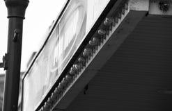 Segno in bianco e nero antiquato con le luci fotografie stock libere da diritti
