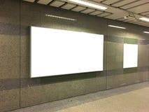 Segno in bianco sulla passeggiata laterale pubblica Fotografia Stock