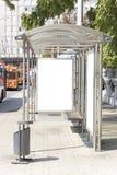 Segno in bianco sulla stazione del filobus Immagine Stock