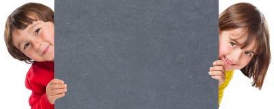 Segno in bianco vuoto dell'annuncio dell'annuncio di vendita dell'ardesia del copyspace del ragazzo della ragazza dei bambini dei fotografia stock libera da diritti