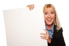 Segno biondo attraente di bianco dello spazio in bianco della holding Fotografia Stock Libera da Diritti