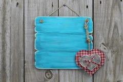 Segno blu antico con i cuori di legno e del plaid Fotografie Stock Libere da Diritti