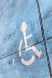 Segno blu di handicap ad un parcheggio fotografie stock libere da diritti