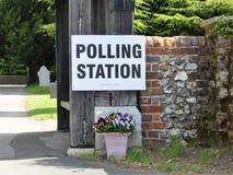 Segno BRITANNICO del seggio elettorale ai locali della chiesa fotografie stock