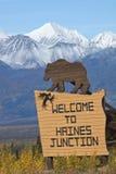Segno che accoglie favorevolmente gli ospiti a Haines Junction, il Yukon Immagini Stock