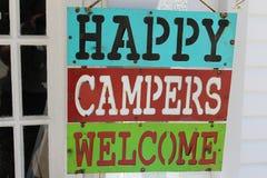 Segno che dice benvenuto dei campeggiatori felici fotografia stock