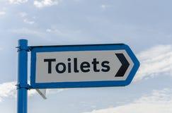 Segno che indica le toilette Fotografia Stock