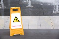 Segno che mostra avvertimento del pavimento bagnato di avvertenza Immagini Stock
