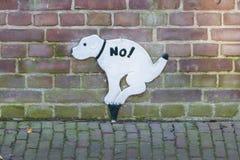 Segno che proibisce i cani per prendere uno scarico Immagini Stock Libere da Diritti