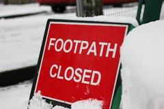 Segno chiuso 'del sentiero per pedoni innevato', Regno Unito Fotografia Stock
