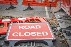 Segno chiuso della strada caduto Fotografia Stock Libera da Diritti