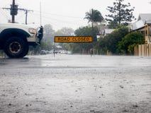 Segno chiuso della strada con le acque di esondazione Fotografia Stock Libera da Diritti