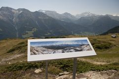 Segno con il programma dei picchi di montagna Fotografia Stock