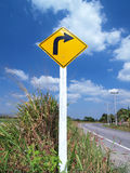 Segno con svolta a destra Fotografie Stock Libere da Diritti