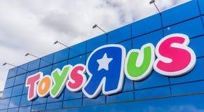 Segno contro cielo blu Toysrus è un rivenditore americano del giocattolo Fotografia Stock Libera da Diritti