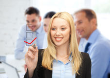 Segno convenzionale del disegno della donna di affari sullo schermo virtuale Fotografie Stock Libere da Diritti