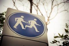 Segno corrente e di camminata Fotografie Stock