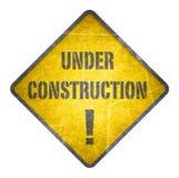 Segno in costruzione e giallo Fotografia Stock Libera da Diritti
