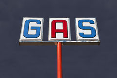 Segno d'annata del gas con il cielo di temporale del deserto Fotografia Stock