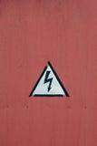 Segno d'annata del metallo - alta tensione sulla porta, fragmen del pericolo di A Immagini Stock