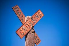 Segno d'annata dell'incrocio di ferrovia su una posta fotografia stock libera da diritti