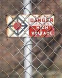 Segno d'annata di alta tensione del pericolo Fotografia Stock Libera da Diritti