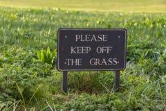 Segno d'annata di cautela: Lasci stare prego l'erba Fotografia Stock Libera da Diritti